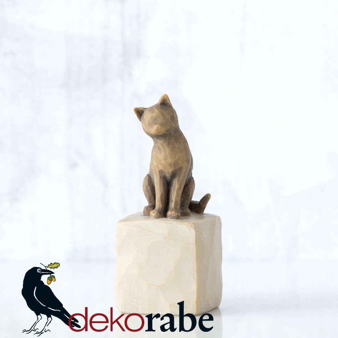 Meine liebe Katze Sitzende Katze mit dunklem Fell auf einem Podest